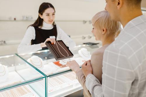 Couple faisant achat bijoux